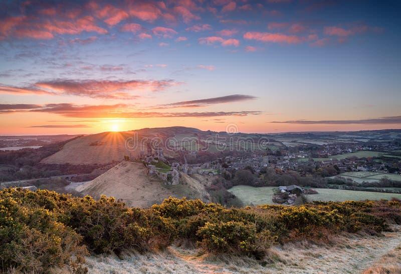 Lever de soleil au-dessus de château de Corfe photos stock