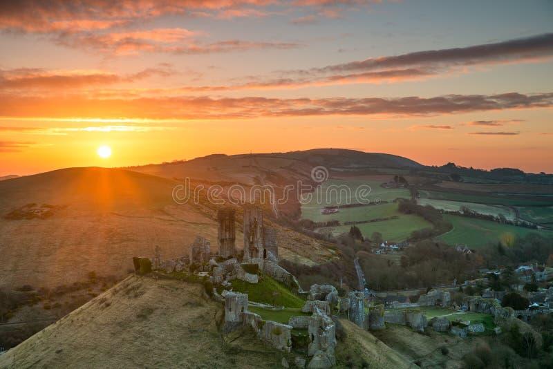 Lever de soleil au-dessus de château de Corfe image stock