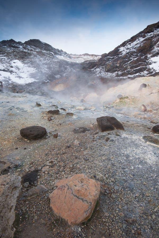 Lever de soleil au-dessus de champ géométrique sur l'Islande photographie stock libre de droits