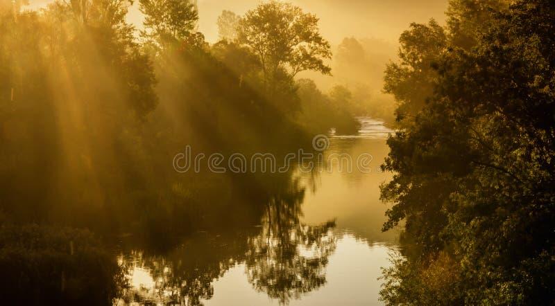 Lever de soleil au-dessus de fleuve photo stock