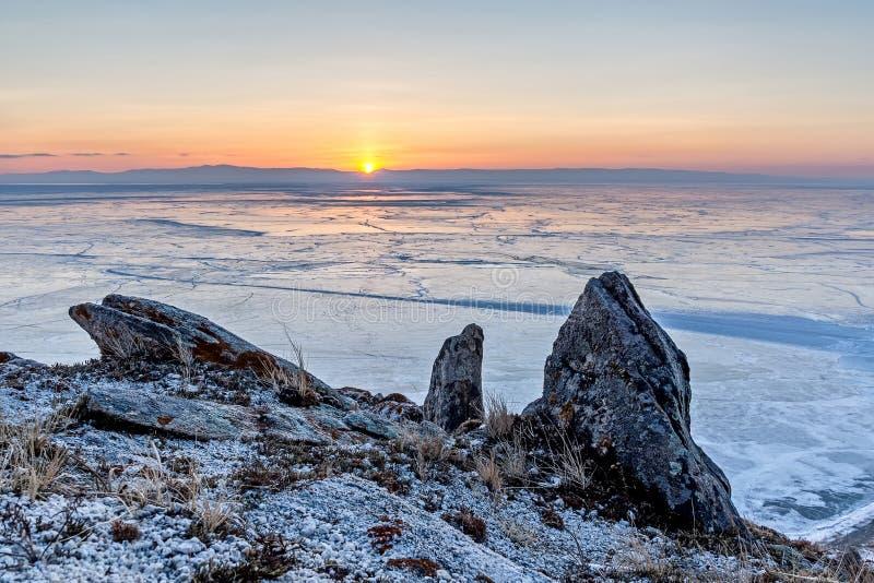 Lever de soleil au-dessus de gisement de glace du lac Baïkal photographie stock libre de droits