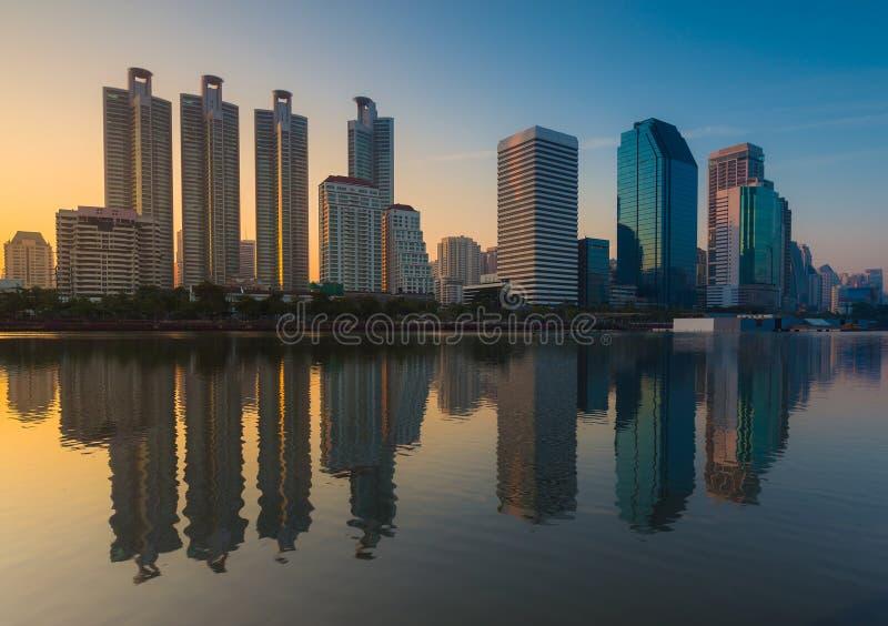 Lever de soleil au-dessus de l'immeuble de bureaux de Bangkok photo libre de droits