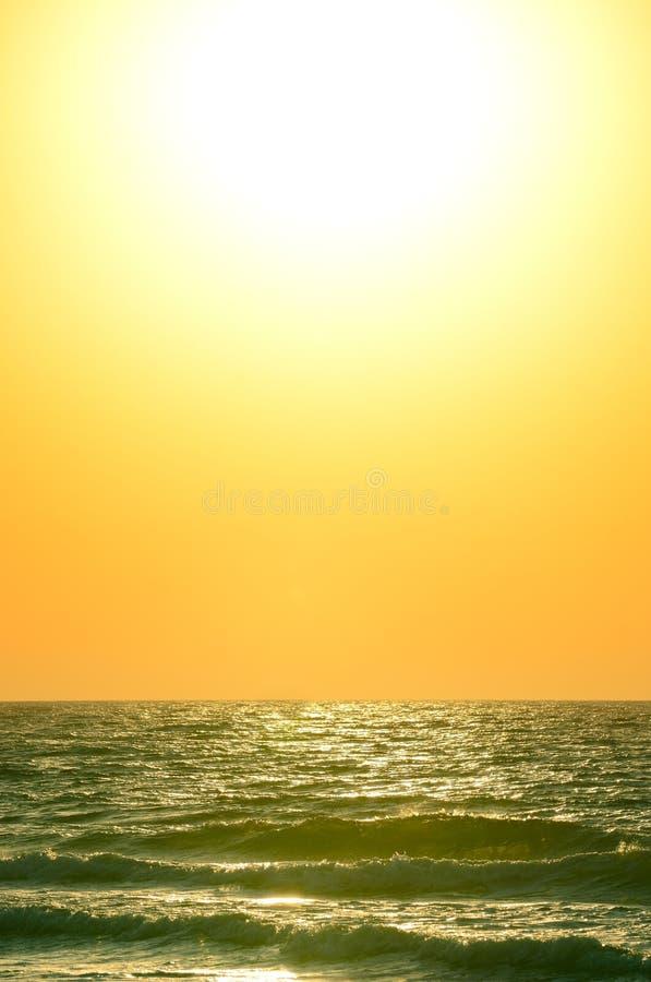 Lever De Soleil Au-dessus De L Océan Photo stock