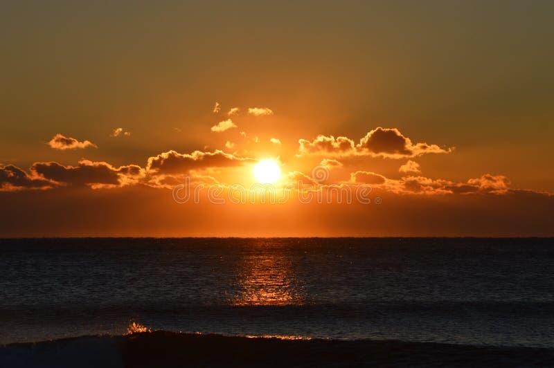 Lever de soleil au-dessus de l'Océan atlantique image stock