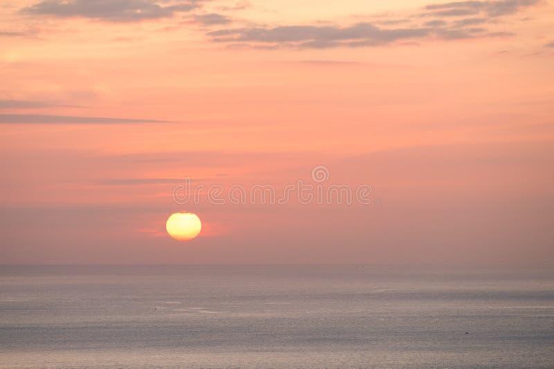 Lever de soleil au-dessus de la composition en nature d'océan photos stock