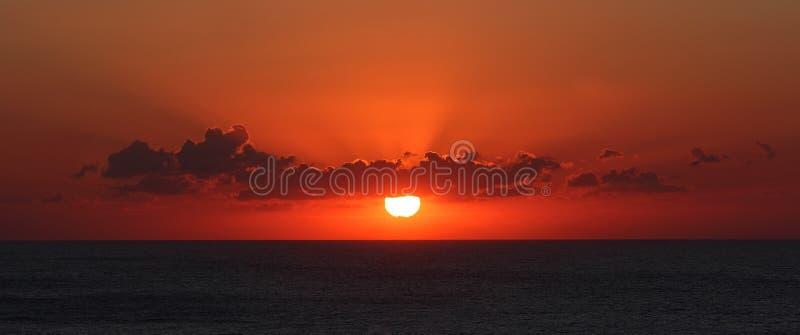 Lever de soleil au-dessus de la mer. photos libres de droits