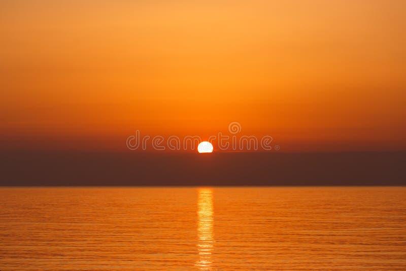 Lever de soleil au-dessus de la mer photos stock