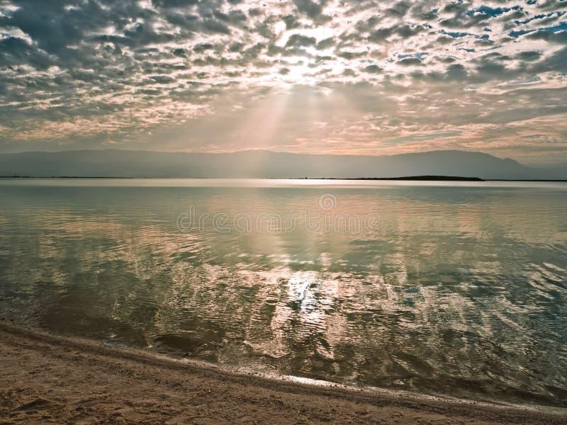 Lever de soleil au-dessus de la mer morte image stock