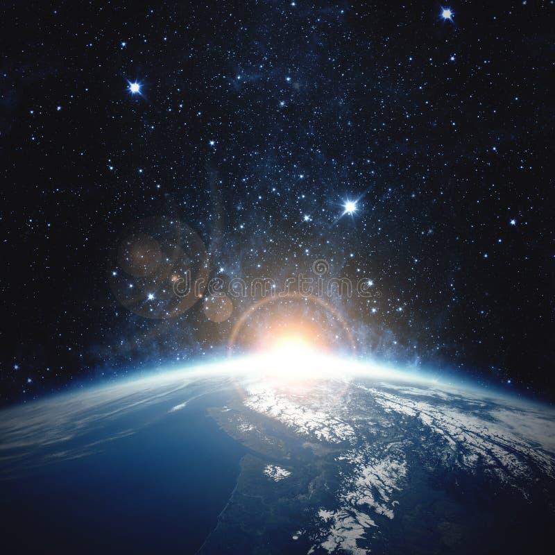 Lever de soleil au-dessus de la terre Éléments de cette image meublés par la NASA photographie stock
