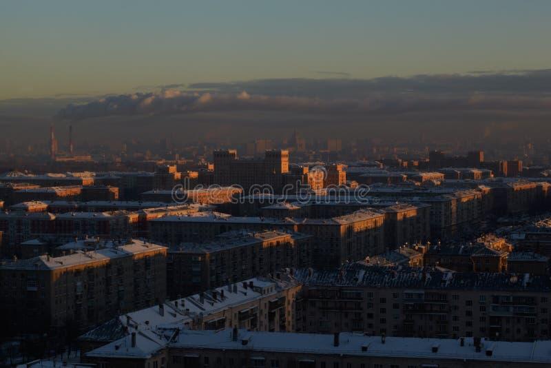 Lever de soleil au-dessus de la ville. photographie stock libre de droits