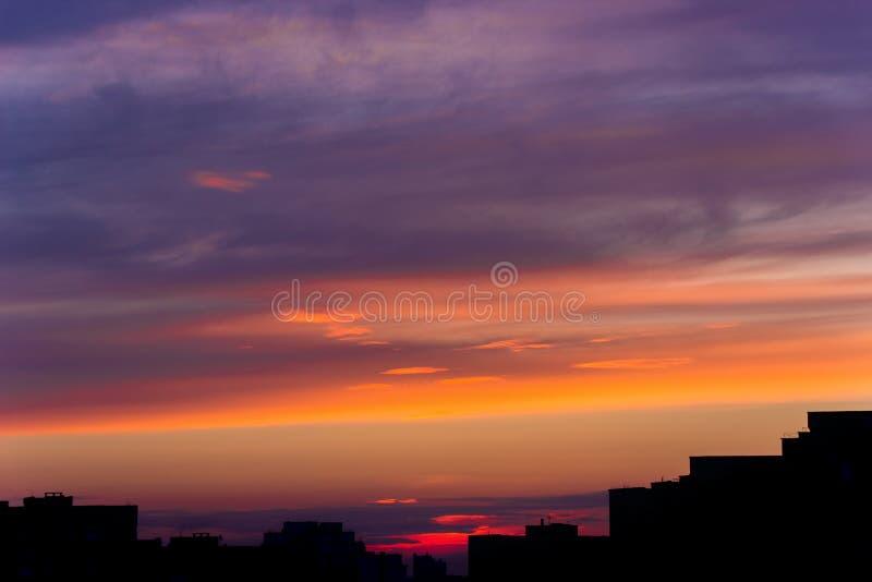 Lever de soleil au-dessus de la ville photographie stock libre de droits