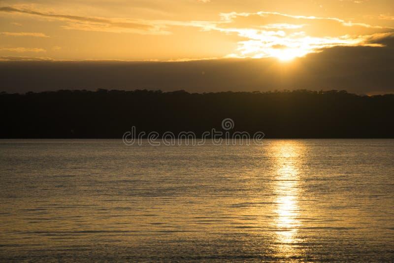 Lever de soleil au-dessus de lac Apoyo près de Grenade, Nicaragua images libres de droits