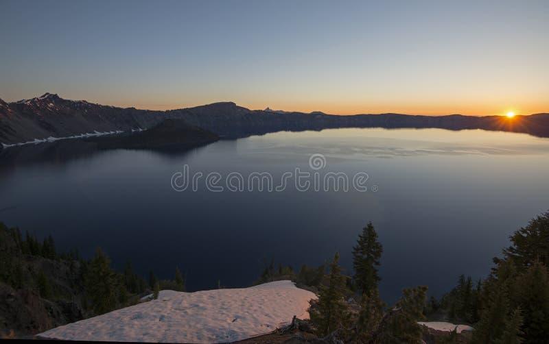 Lever de soleil au-dessus de lac crater images stock