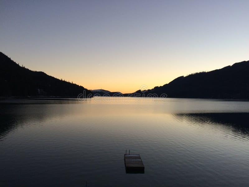 Lever de soleil au-dessus de lac Cushman photo stock