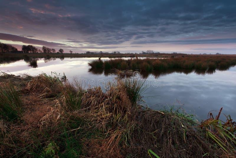 Lever de soleil au-dessus de marais en automne photos stock