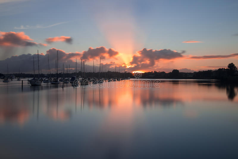 Lever de soleil au-dessus de marina, Auckland, Nouvelle-Zélande image stock