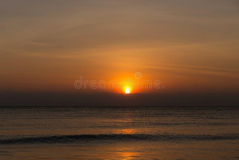Lever de soleil au-dessus de mer images stock