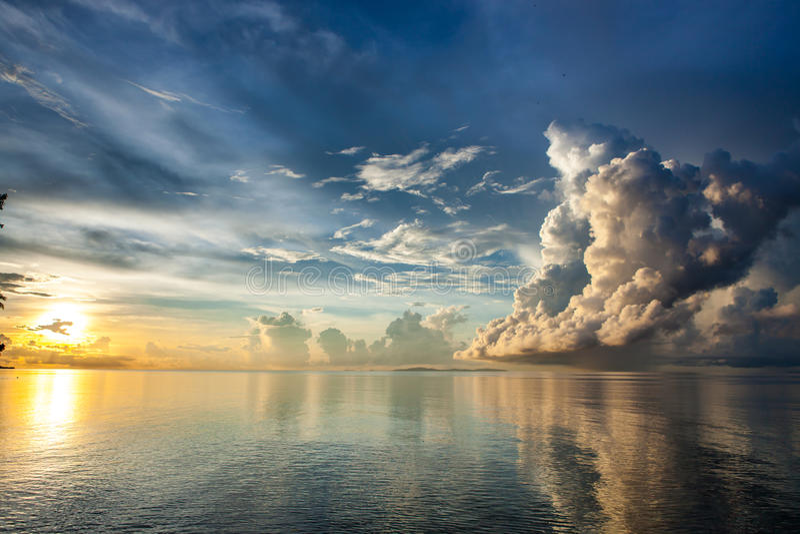 Lever de soleil au-dessus de mer de Sulu au Bornéo image stock