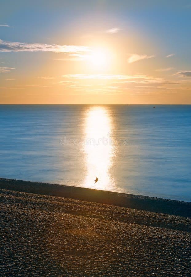 Lever de soleil au-dessus de mer et de schiste photos libres de droits
