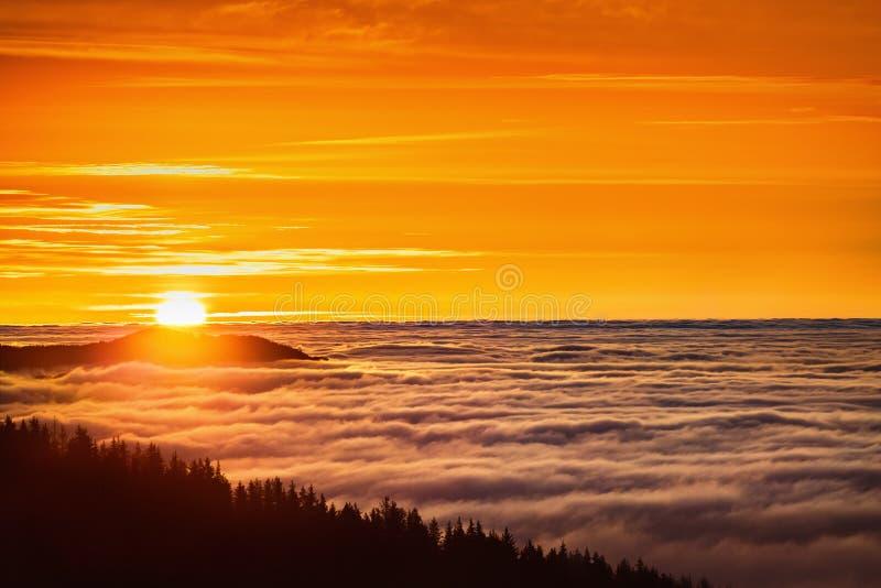 Lever de soleil au-dessus de montagne et de brouillard, vue aérienne image libre de droits
