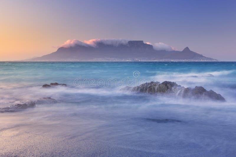 Lever de soleil au-dessus de montagne et de Cape Town de Tableau photos stock