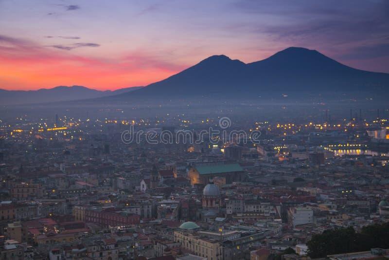 Lever de soleil au-dessus de Naples avec le Vésuve photo libre de droits