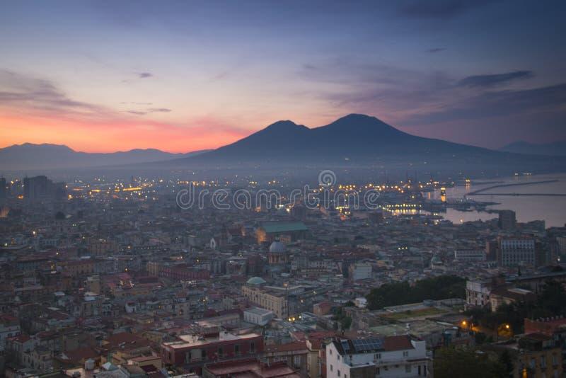 Lever de soleil au-dessus de Naples avec le Vésuve images libres de droits