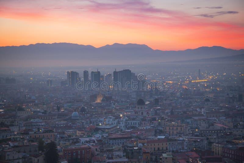Lever de soleil au-dessus de Naples avec le Vésuve image libre de droits