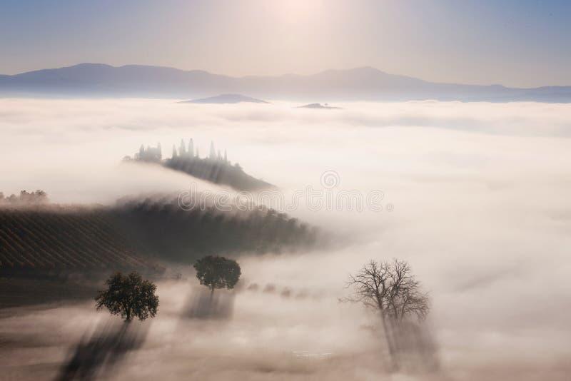 Lever de soleil au-dessus de paysage de campagne photographie stock