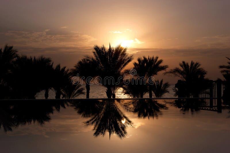 Lever de soleil au-dessus de piscine d'infini photo stock