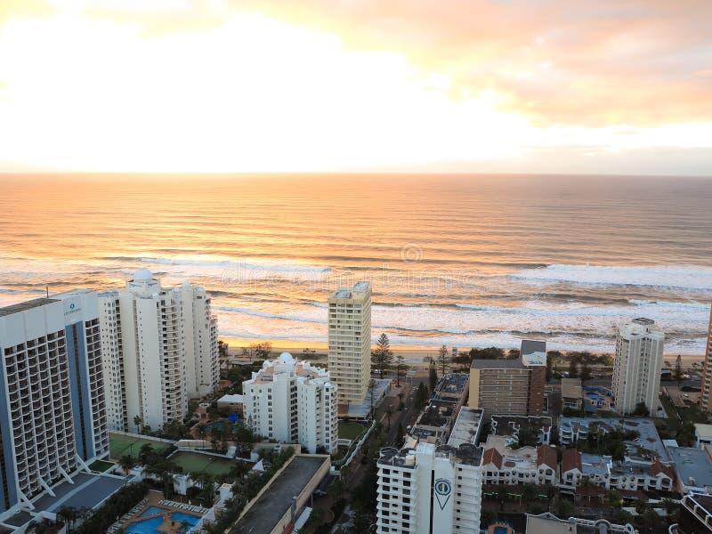 Lever de soleil au-dessus de plage dans le paradis de surfers photographie stock libre de droits