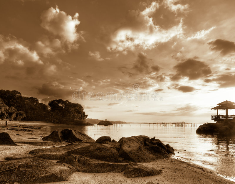 Lever de soleil au-dessus de plage rocheuse photos libres de droits