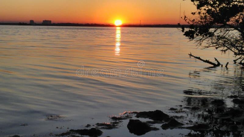 Lever de soleil au-dessus de rivière indienne photographie stock