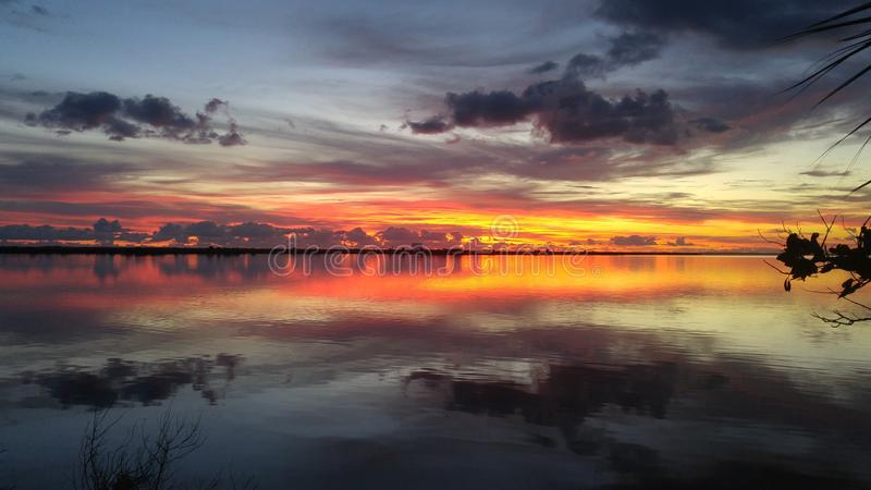 Lever de soleil au-dessus de rivière indienne photos stock
