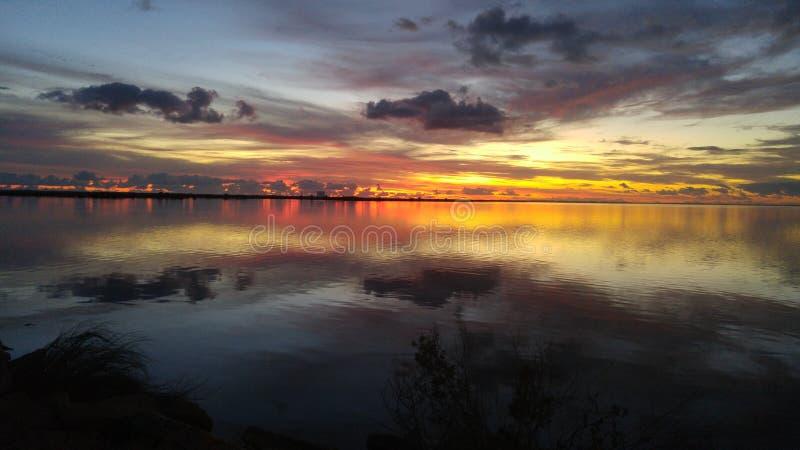 Lever de soleil au-dessus de rivière indienne images stock