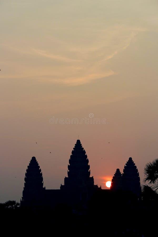Lever de soleil au-dessus de temple d'Angkor Vat image libre de droits