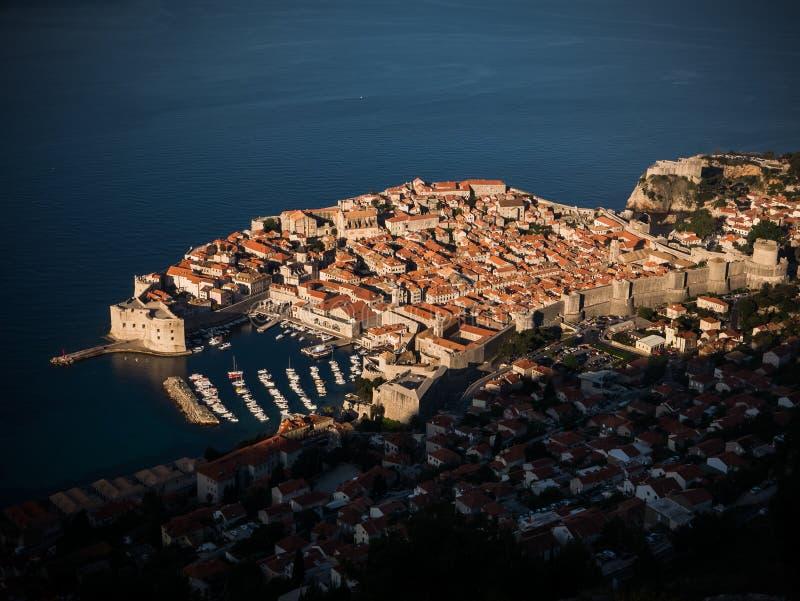 Lever de soleil au-dessus de vieille ville Dubrovnik images libres de droits