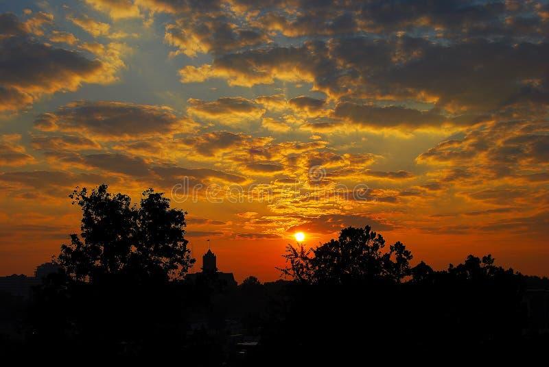 Lever de soleil au-dessus de ville photographie stock