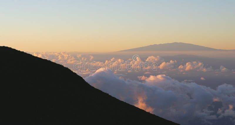 Lever de soleil au-dessus de volcan photo libre de droits