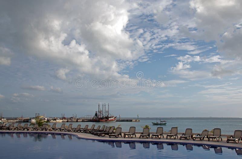Lever de soleil au-dessus des bateaux près de la plage de piscine et de pêche de Puerto Juarez Cancun Mexique/chalutier et docks  photo stock