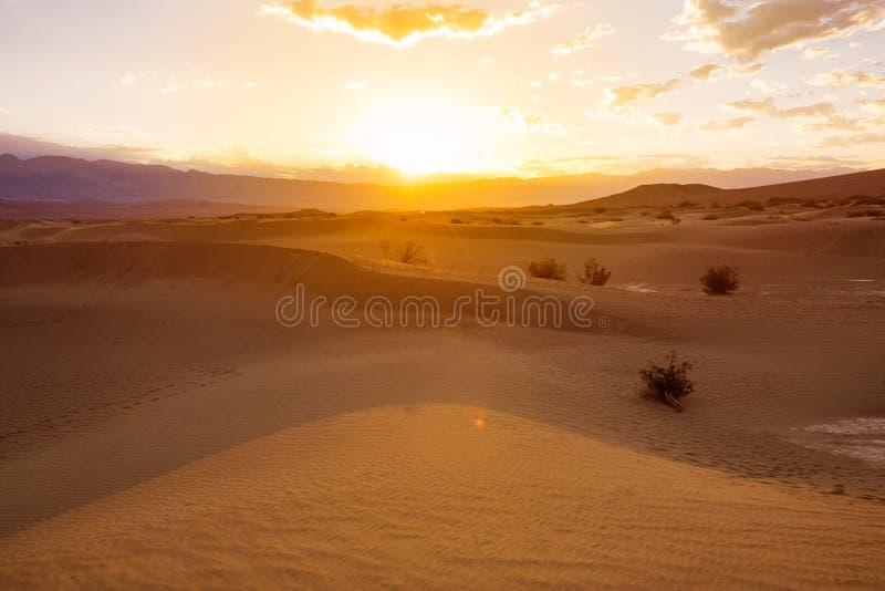 Lever de soleil au-dessus des dunes de sable dans Death Valley image stock