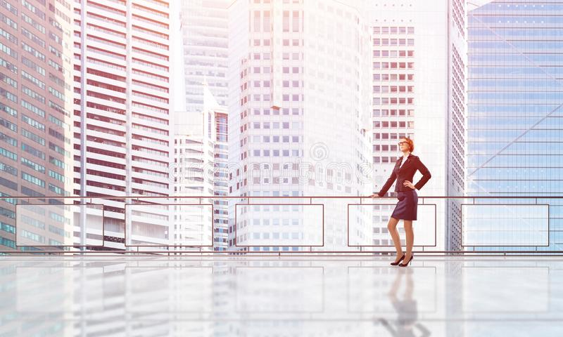 Lever de soleil au-dessus des gratte-ciel et de la femme d'affaires faisant face au nouveau jour photos libres de droits