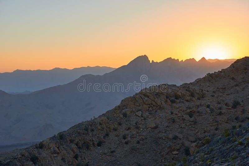 Lever de soleil au-dessus des montagnes photographie stock libre de droits