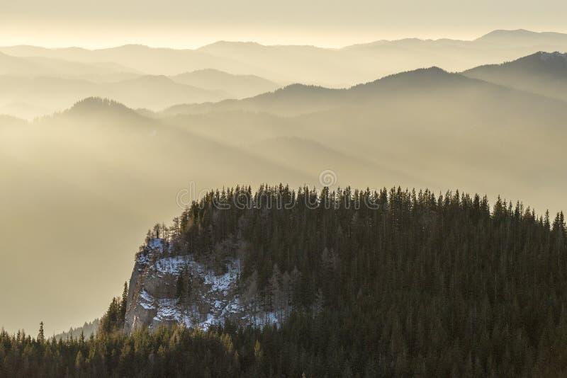 Lever de soleil au-dessus des montagnes photos libres de droits
