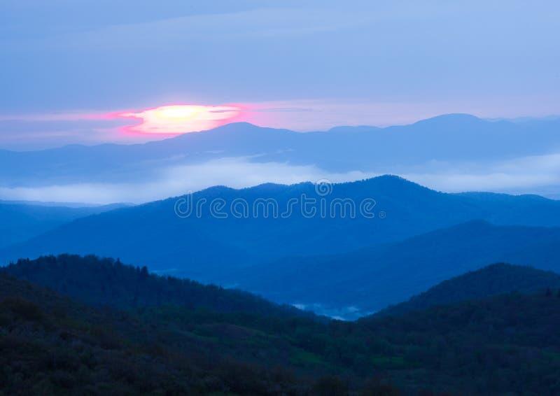 Lever de soleil au-dessus des montagnes de Ridge bleu le jour orageux photos libres de droits