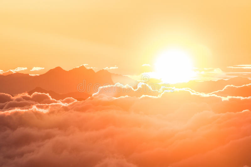 Lever de soleil au-dessus des nuages dans les alpes photo stock