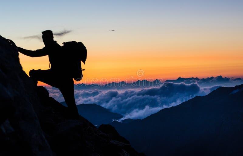 Lever de soleil au-dessus des nuages dans les alpes photographie stock libre de droits