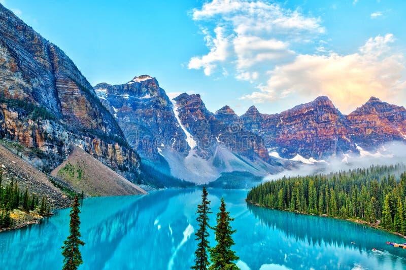 Lever de soleil au-dessus des Rocheuses canadiennes au lac moraine dans le Canada photo stock