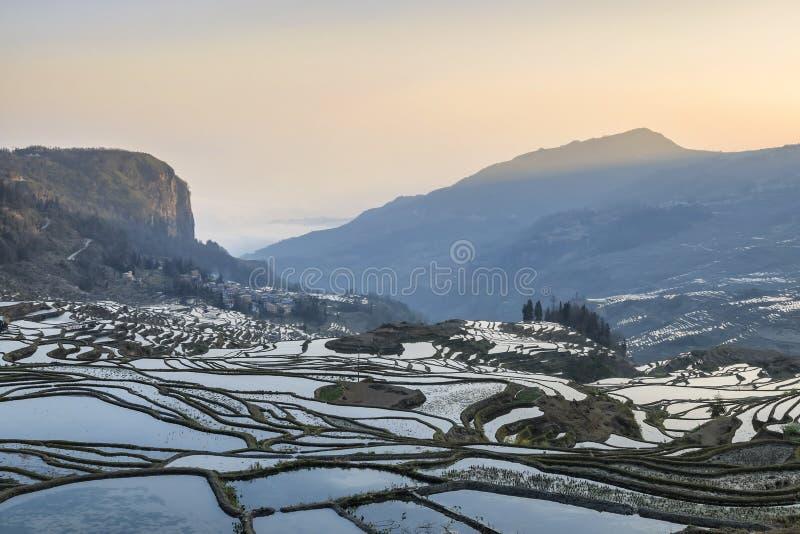 Lever de soleil au-dessus des terrasses de riz de YuanYang dans Yunnan, Chine, un des plus défunts sites de patrimoine mondial de photographie stock