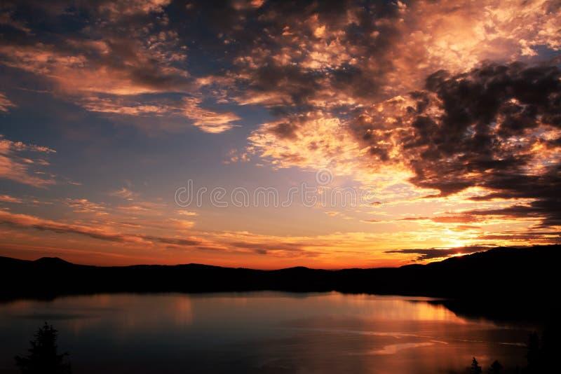 Lever de soleil au-dessus du lac 1 crater images libres de droits